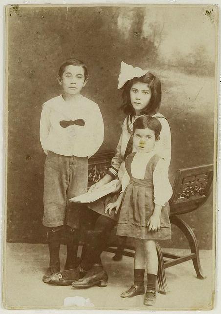 Chalid Salim, die later zou worden geïnterneerd in Boven-Digoel, en zijn twee zusjes. Foto: KITLV