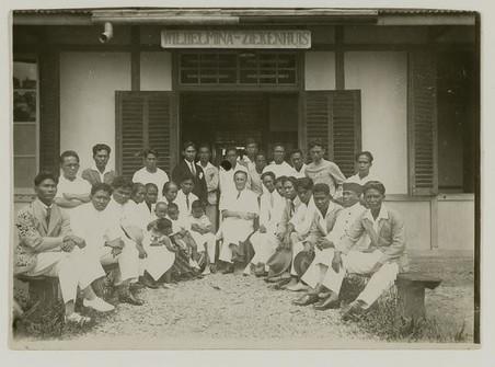 Louis Johan Alexander Schoonheyt (de middelste man) tussen personeel van de malariabestrijdingsdienst en het ziekenhuis in Boven-Digoel. Foto: KITLV