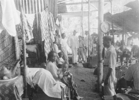 Barak in het interneringskamp Tanah Tinggi (kamp der onverzoenlijken). Foto: KITLV