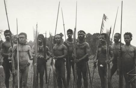 Papoea's, vermoedelijk bij het interneringskamp Tanah Merah (Boven-Digoel). Foto: KITLV