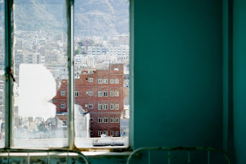 Uitzicht op de stad vanuit één van de gesloten afdelingen van het Al Thawra-ziekenhuis. Foto: Andreas Staahl (voor De Correspondent)