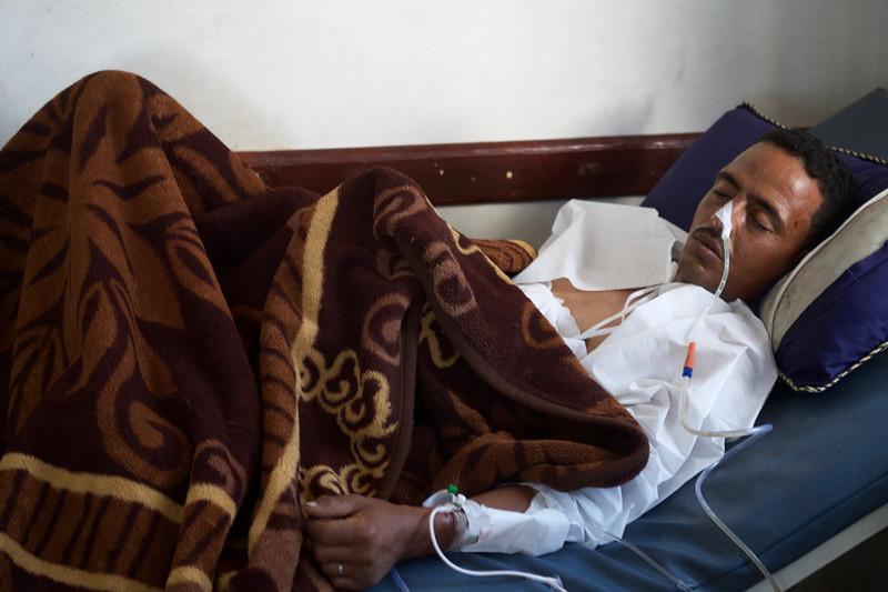 Een gewonde man in het Al Thawra-ziekenhuis. Foto: Andreas Staahl (voor De Correspondent)