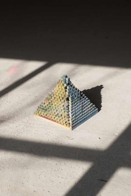 'Licht pyramide', gemaakt door Hossein (34). Hossein is zowel leerling als leraar bij maker space WALHALLAb. Foto: Majda Vidakovic (voor De Correspondent)
