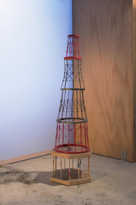 'Suchoi-toren', gemaakt door Lindsay (14), Jonathan (14), Arwen (11) en Jorn (11). Foto: Majda Vidakovic (voor De Correspondent)