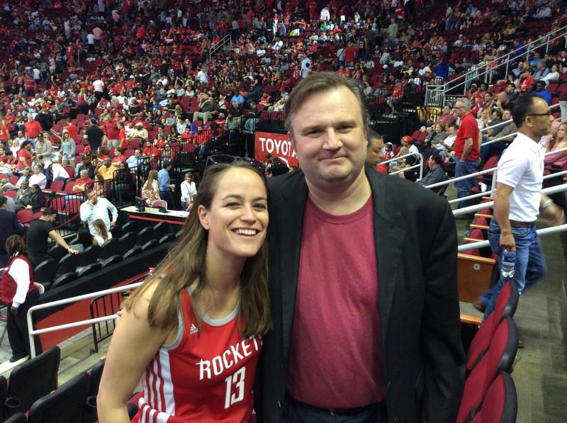 Merel van Dijk en Daryl Morey bij een wedstrijd van de Rockets (Foto: Tony Barilla).