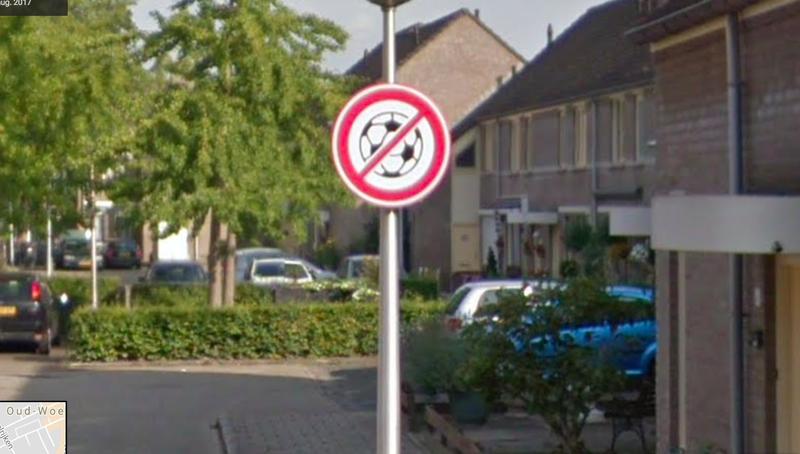 Het voetbalverbodsbord in de Eindhovense wijk Hemelrijken.
