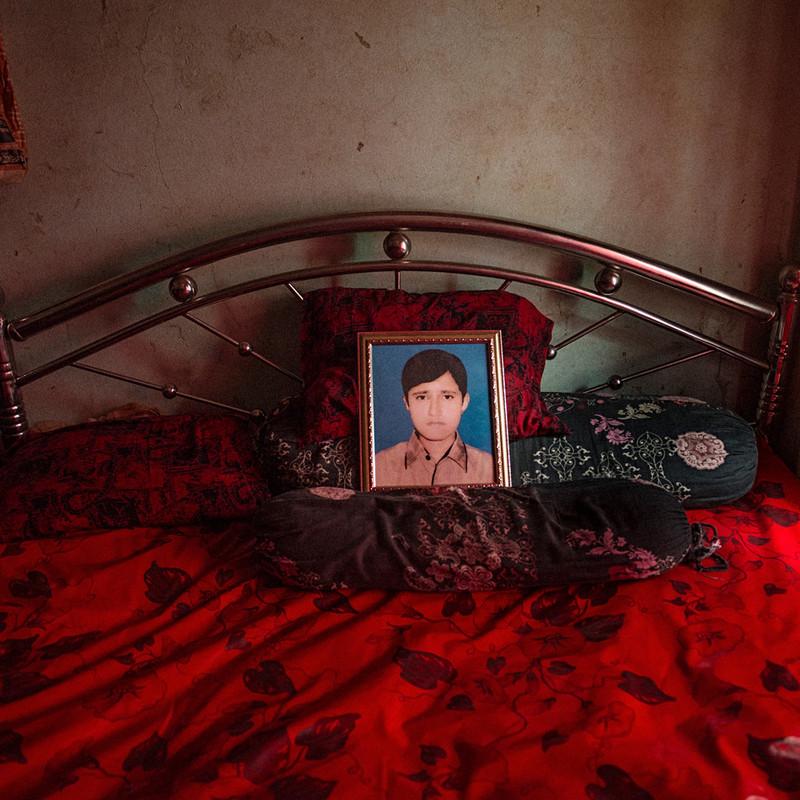 Een foto van de toen dertienjarige Fable Rabbi, die overleed toen Rana Plaza instortte, in het huis van zijn ouders. Uit de serie After Rana Plaza door Ismail Ferdous.