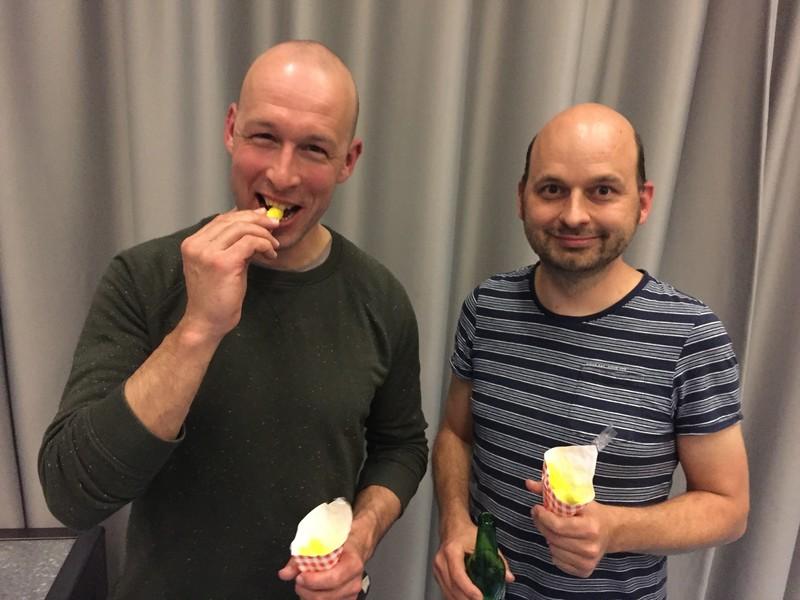 Banaantjes eten uit een frietzak die je zelf hebt ontworpen: dit zijn twee verkeersontwerpers die meewerkten aan het nieuwe Mr. Visserplein, Kees Vernooij en Sjoerd Linders.