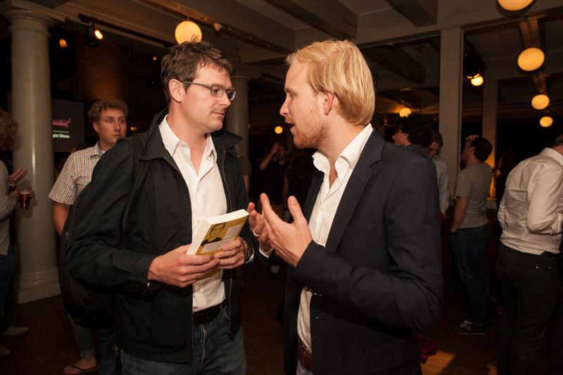De socioloog Willem Schinkel kijkt me een tikje sceptisch aan op de avond van mijn boekpresentatie. Foto: Janus van den Eijnden.