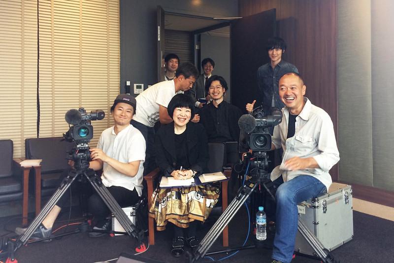 Een cameraploeg van de Japanse zender NHK. Helemaal rechtsachter zie je mijn superaardige Japanse redacteur, Kensuke.