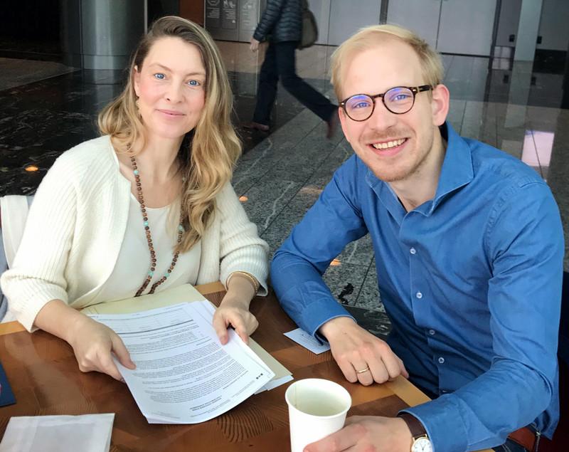 Claire en ik in Vancouver (Frans maakte de foto). Claire laat me hier de bevestiging zien van de eerste geldsom – een paar honderdduizend dollar – die zij en Frans hadden geworven voor het project.