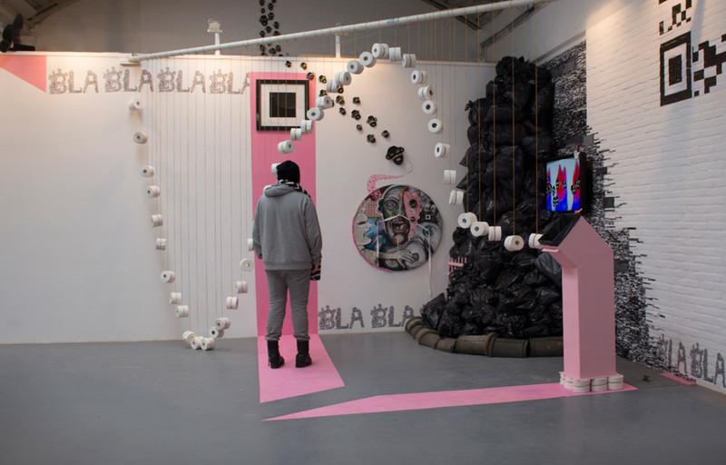 Op deze foto is de installatie te zien die de absurdistische kunstenaar Björn Zielman voor de expositie 'The Silent Majority' heeft gemaakt