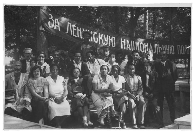 Een groep Afro-Amerikaanse en Caribische mensen (Langston Hughes: middelste rij, vijfde van links, Otto Huiswoud: onderste rij tweede van rechts) in de Sovjet Unie in 1934. Foto: Yale University