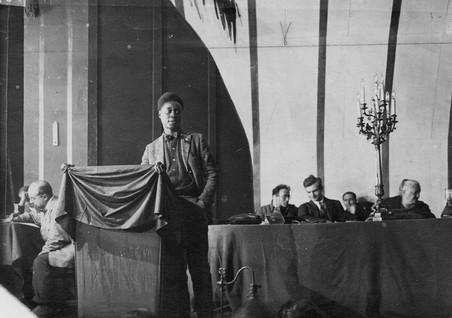 Claude McKay spreekt het vierde congress van de Komintern toe in Moskou in 1922. Foto: Yale University