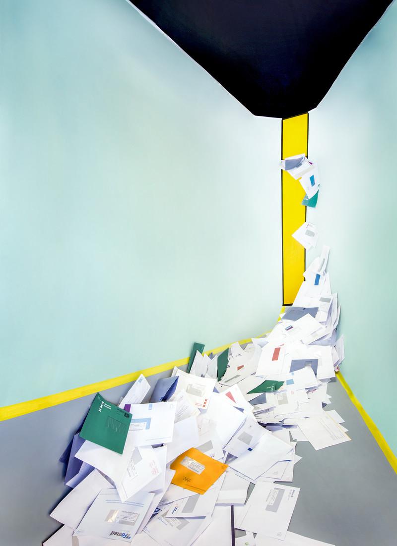 Een installatie van schuldenpost door Marleen Sleeuwits (voor De Correspondent)