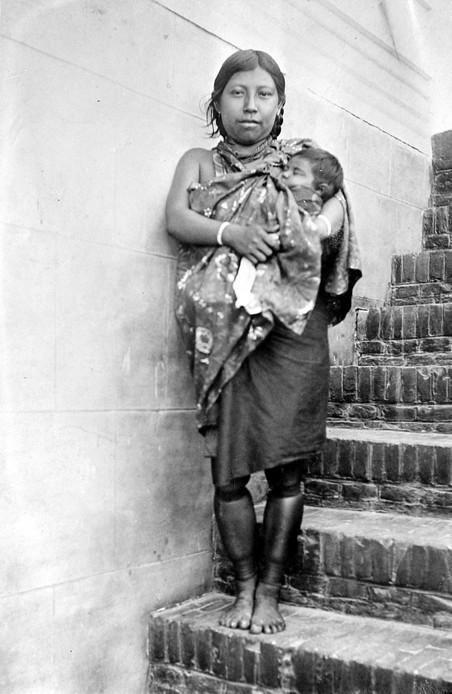 Portret van een Arowakken-vrouw met kind (1904-1910). Foto: A.C.P. Curiel / Tropenmuseum