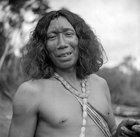 Oajana Josapé, een Wajana-man uit een dorp aan de rivier Paloemeu. Collectie Tropenmuseum, fotograaf onbekend.