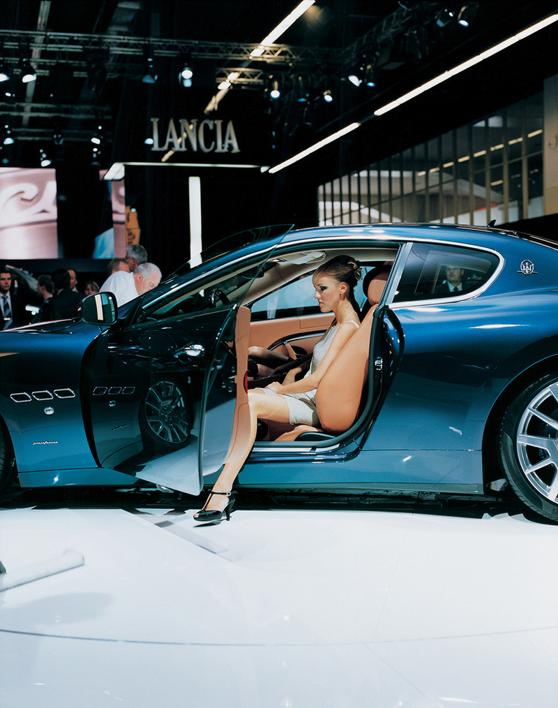 Maserati girl 3, Frankfurt 2003 International Motor Show Frankfurt am Main, Germany 19 September 2003. Uit de serie Car Girls door Jacqueline Hassink.