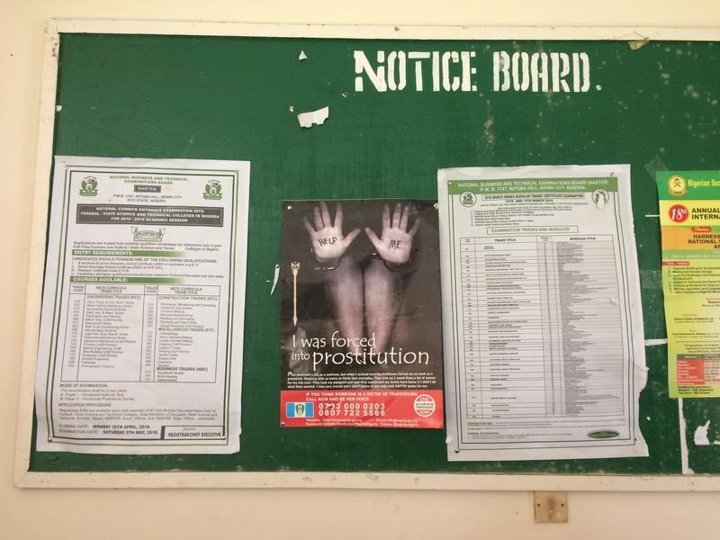Overal in Benin City zie je dit soort waarschuwingsposters hangen.