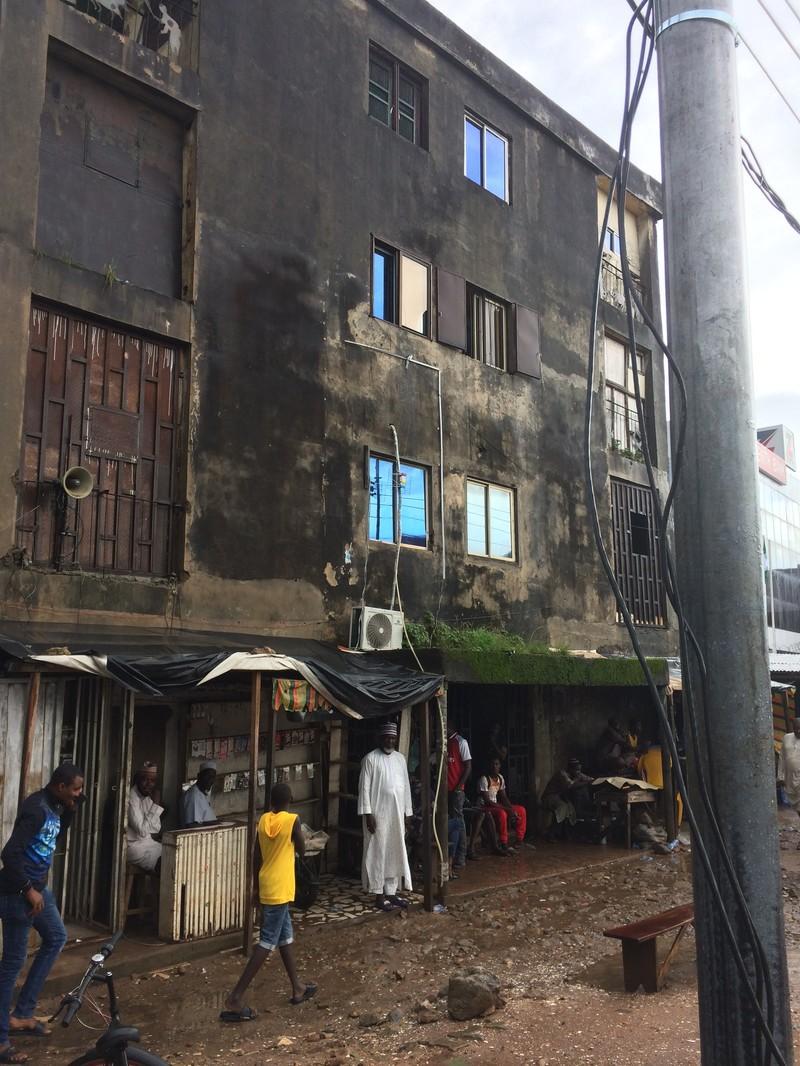 Dit bemoste gebouw is de 'lokale Western Union' van Benin City.