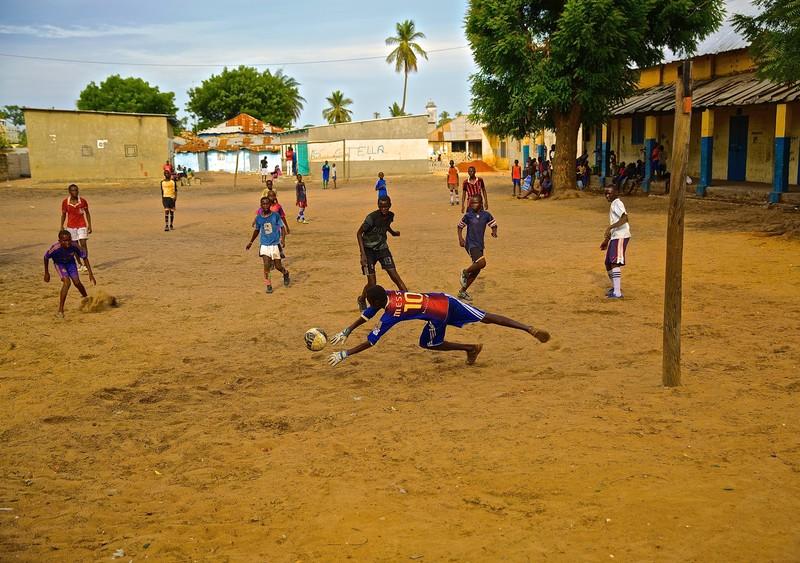 Een voetbalveld in Ziguinchor, Senegal, waar Colomer een van zijn grootste talenten vond. (Foto: Sebastian Abbot)