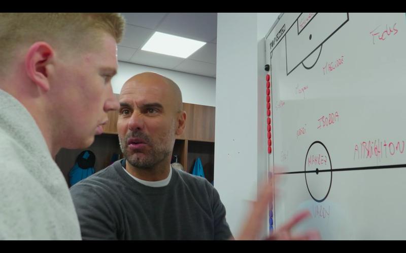 Guardiola met Kevin De Bruyne voor het tactiekbord