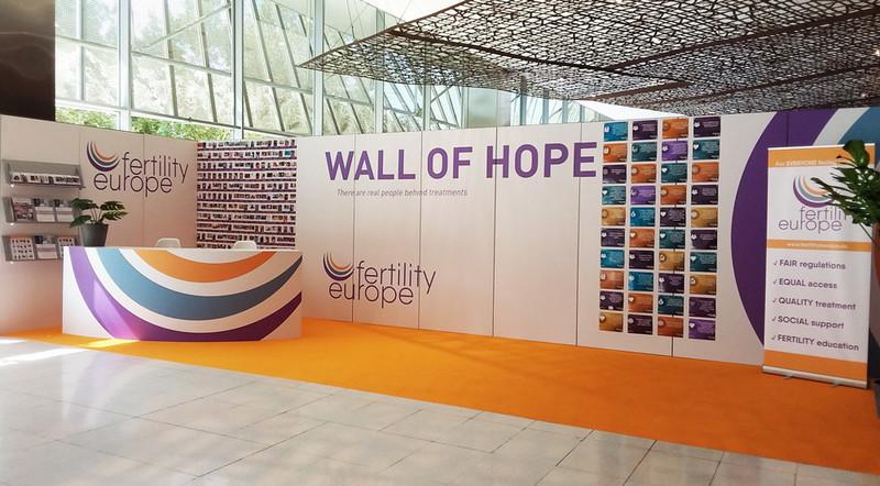 Bij de ingang van ESHRE 2018, eerst nog de muur van hoop.