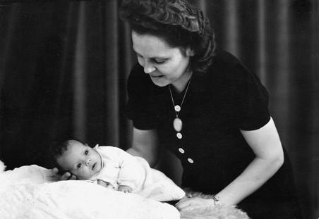 Wanda en haar moeder, 1945. Foto: onbekend
