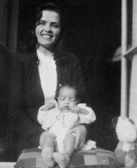 Robert en zijn moeder, 1946. Foto: onbekend