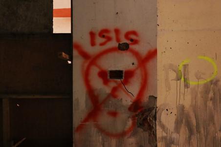 In sommige verwoeste gebouwen kun je op de muren IS-graffiti vinden. Foto: Moh Saaduddin, 27 september 2018.