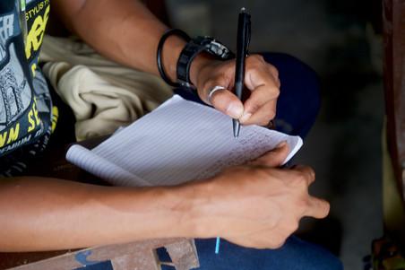 Ex-strijder van een extremistische strijdgroep maakt notities tijdens een opleiding tot timmerman. Foto: Andreas Staahl, Maguindanao, 26 september 2018.