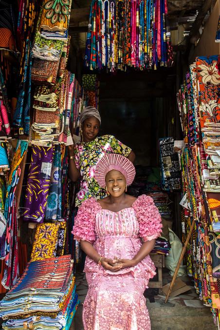 Fotograaf Ayobami Ogungbe portretteerde voor De Correspondent winkeliers en hun winkels op de Bogulun Market in Lagos.