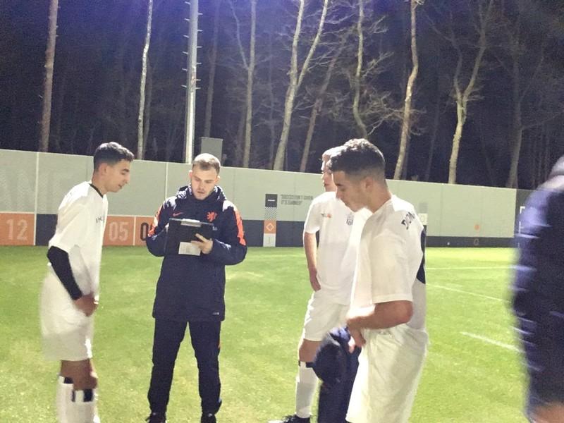 KNVB-medewerker Jordy Sucec bevraagt spelers van Koninklijke HFC over hun indruk van de regels.