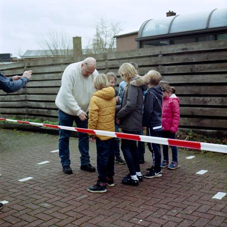 In Holten wordt er aan jeugd uitleg gegeven hoe je veilig vuurwerk moet afsteken. Foto's: Michael Rhebergen (voor De Correspondent)
