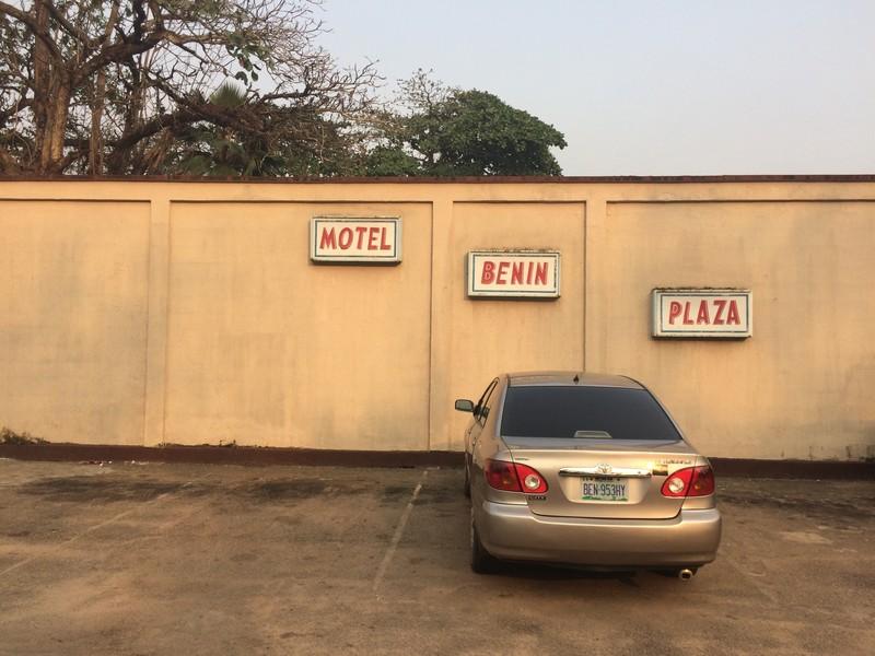 Het Benin Plaza Motel, waar de terugkeerders uit Libië de eerste dagen worden opgevangen.