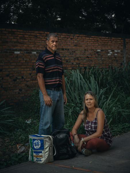 Alfredo en zijn nicht Maria wachten op hun beurt bij de registratiezone voor Venezolanen die hun land zijn ontvlucht in Cúcuta, Colombia. Foto: Greg Kahn, 2018