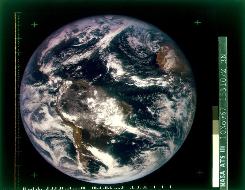 De eerste kleurenfoto van de gehele aarde (westelijk halfrond), geschoten vanuit de ATS-3-satelliet op 10 november 1967. Bron: NASA