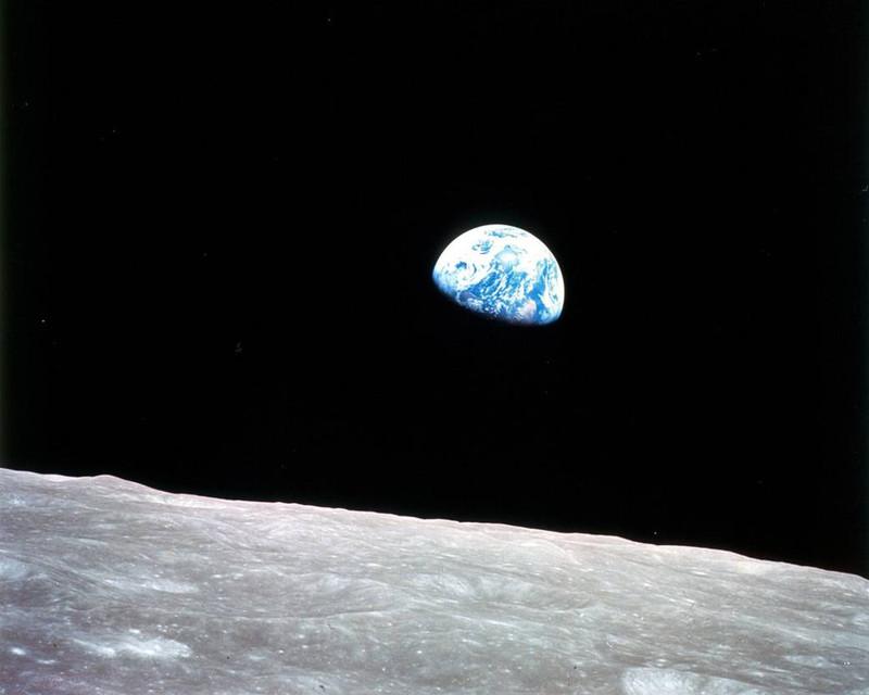 'Earthrise', geschoten tijdens de eerste bemande missie naar de maan. Bron: NASA