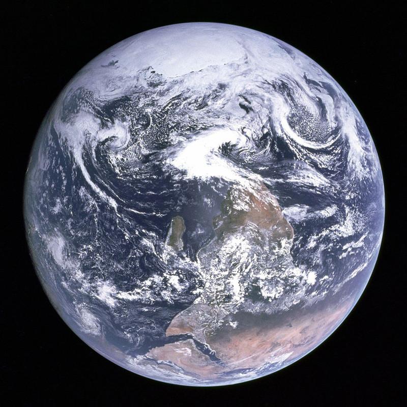 'Blue Marble', vastgelegd op 7 december 1972 door de Apollo 17-crew, met daarin astronauten Eugene A. Cernan, Ronald E. Evans en Harrison H. Schmitt. Op deze originele foto zien we de Zuidpool aan de bovenkant van de aarde; NASA verspreidt echter een omgedraaide variant zodat de foto overeenkomt met het beeld dat we van de wereld kennen (met de Zuidpool aan de onderkant). Bron: NASA