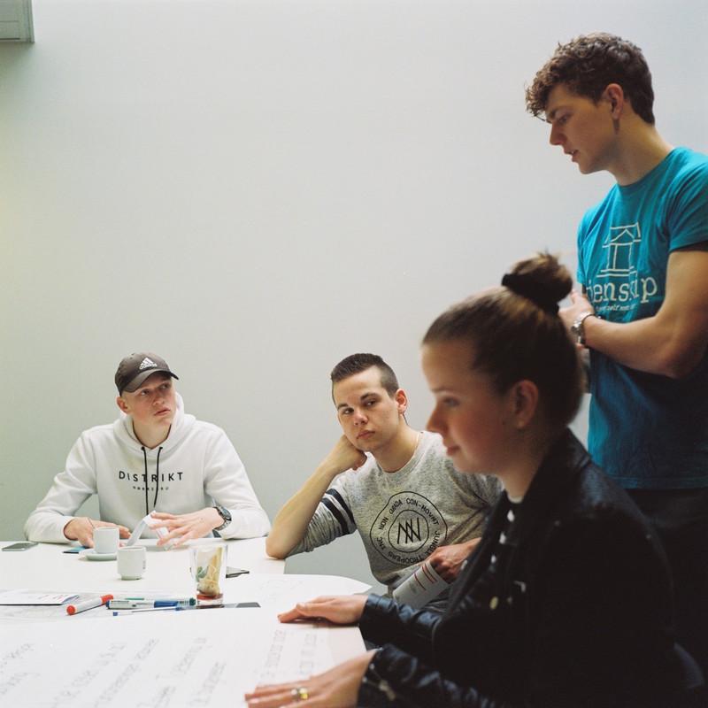 Jongereninitiatief Tienskip laat leerlingen van de opleiding D'Drive van gedachten wisselen over thema's uit hun eigen leefwereld. Foto's: Michael Rhebergen (voor De Correspondent)