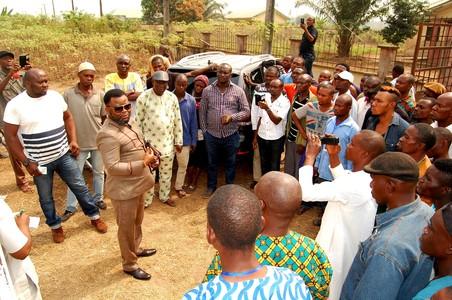 Sunny Ofehe spreekt zijn supporters toe in Asaba. Foto: Sunny Ofehe Media Team
