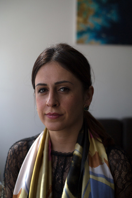 Portret van Annahita Nezami door Clare Hewitt (voor De Correspondent)