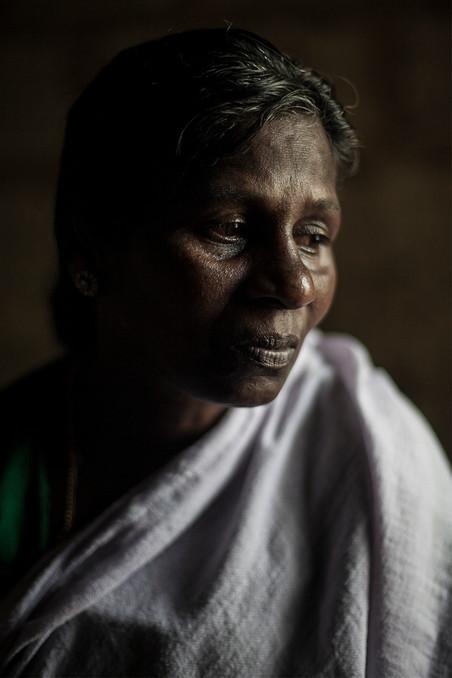 Ujwala Petkar een weduwe van een katoenboer die zelfmoord pleegde in het kleine dorpje Madni. Uit de serie 'Graves of Cotton' door Fernando Del Berro.