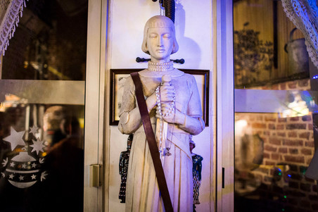 Standbeeld van Jeanne d'Arc in het gebouw van Génération Identitaire in Lille. Zij staat voor hen symbool voor de beschavingsstrijd tegen de 'indringers'. Foto: Yann Castanier