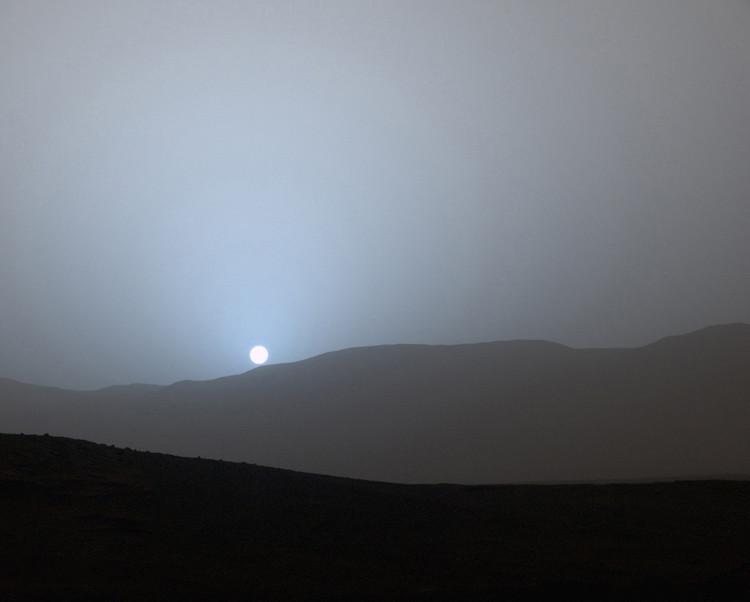De Curiosity, een onbemand voertuig zo groot als een auto dat sinds 2012 rondrijdt op Mars, nam deze foto op 15 april 2015.