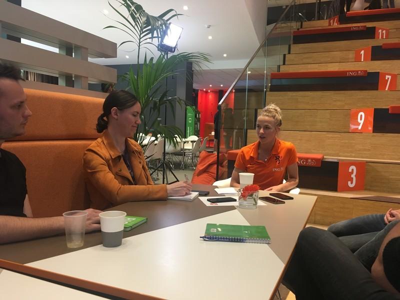 Jackie Groenen met zes journalisten om haar heen