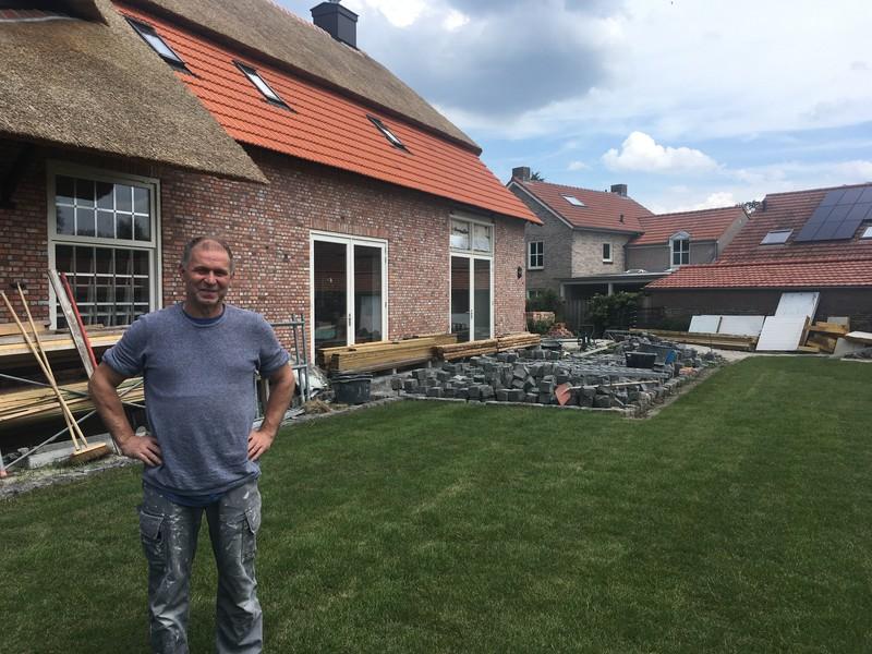 Jack Groenen voor het huis dat hij bouwt voor dochter Merel, in het Brabantse Riel.