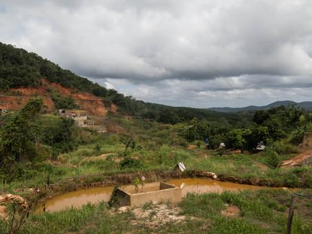 Ongecontroleerde mijnbouw rondom het klassieke mijnbouwdorp El Callao, in de deelstaat Bolívar. Foto: Bram Ebus