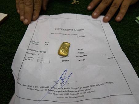 Op dit certificaat is te zien dat het goudklompje bijna 69 gram weegt en voor meer dan 90 procent uit 'puur' goud bestaat. Foto: Bram Ebus